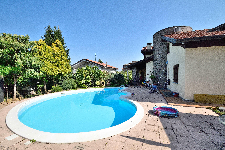 Villa con piscina in vendita a cogliate immobiliare for Piscina olimpia a sesto san giovanni